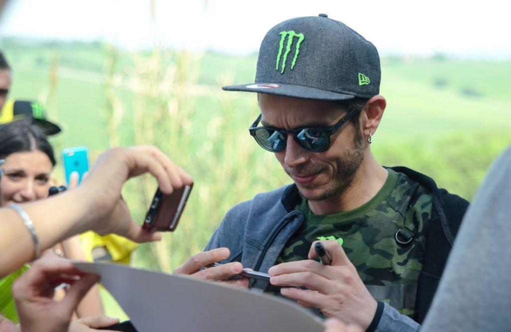 Valentino Rossi podpisuje avtograme na Ranchu