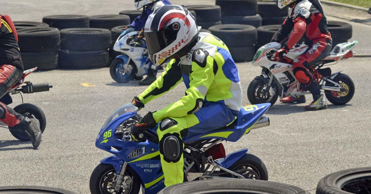 Mladi minimoto dirkači na startni liniji