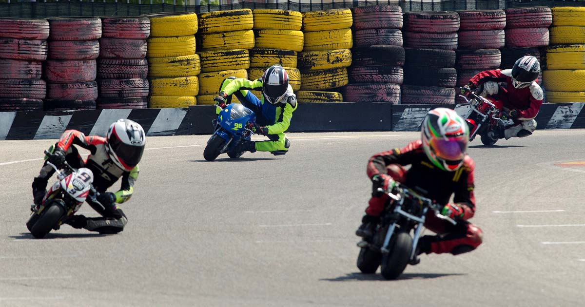 Boj med minimoto dirkači