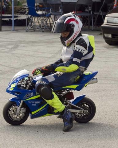 Minimoto dirkač v paddocku čaka na dirko