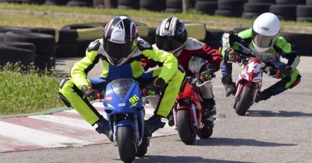Minimoto dirkači med dirko