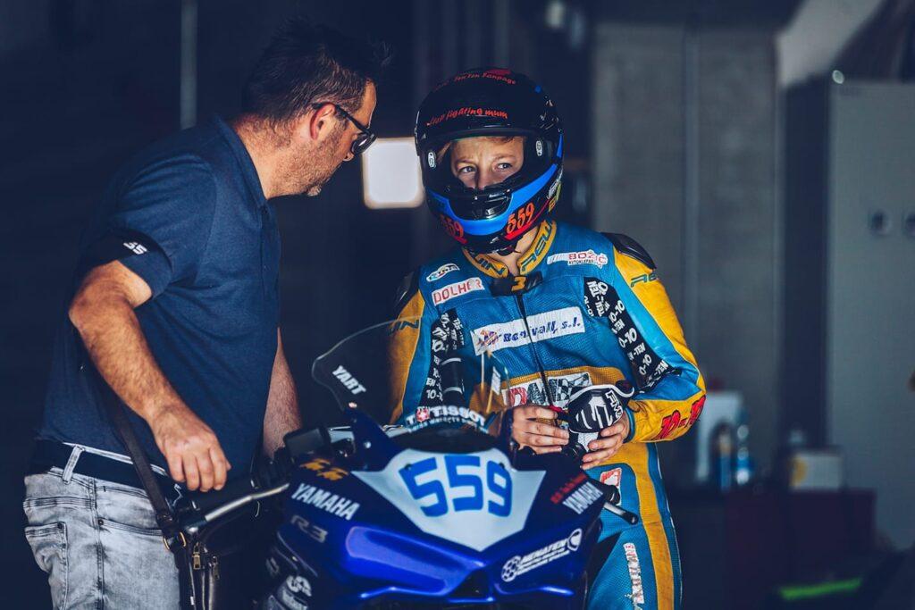 Mladi up s svojim očetom v boxu pred dirko