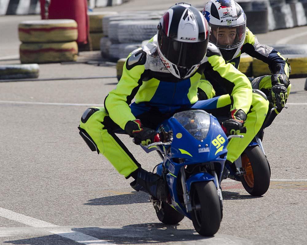 Dva minimoto dirkača v boju za boljše mesto