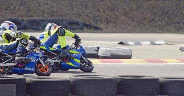 Dva pilota minimota se bojujeta za mesto