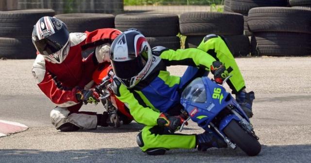 Dva minimoto dirkača