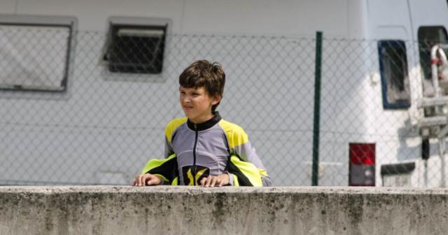 Tadej opazuje dirko svojega učitelja
