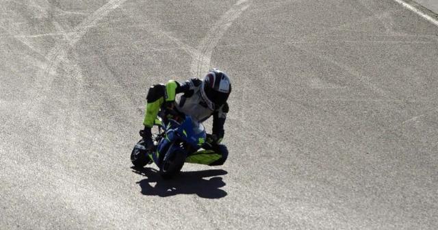 Minimoto dirkač na srebrnem asfaltu