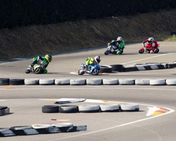 Piloti di minimoto in pista